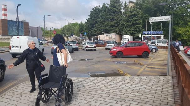 Pochi e problematici i parcheggi per i disabili nell'Ospedale San Carlo