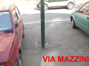 Palo della pubblica illuminazione in via Mazzini
