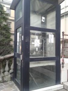 Miniascensore, non funzionante, a servizio del Palazzo degli Uffici